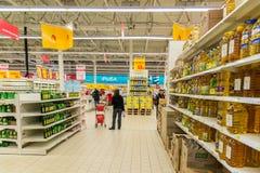Moskau, Russland 24. April 2016 Der Innenraum des großen Speichernetzes Auchan Lizenzfreies Stockfoto