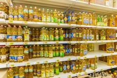 Moskau, Russland 24. April 2016 Der Innenraum des großen Speichernetzes Auchan Lizenzfreie Stockfotos