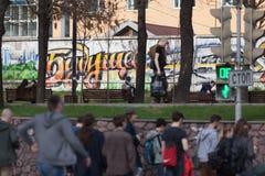 MOSKAU, RUSSLAND - 30. APRIL 2018: Die Aufschrift auf dem Betonmauer ` das zukünftige ` Teilnehmer laufen nach der Sammlung ausei Lizenzfreies Stockbild