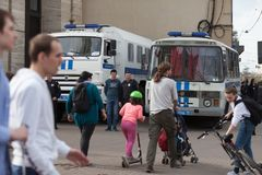 MOSKAU, RUSSLAND - 30. APRIL 2018: Die Polizeiwagen und das Rosgvardia werden weg nach einer Sammlung auf Sakharov-Allee abgesper Lizenzfreie Stockfotos