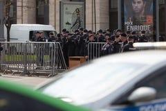 MOSKAU, RUSSLAND - 30. APRIL 2018: Die Polizeiwagen und das Rosgvardia werden weg nach einer Sammlung auf Sakharov-Allee abgesper Lizenzfreies Stockbild