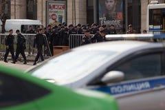 MOSKAU, RUSSLAND - 30. APRIL 2018: Die Polizeiwagen und das Rosgvardia werden weg nach Sammlung auf Sakharov-Allee gegen Zensur a Lizenzfreies Stockfoto