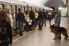 MOSKAU, RUSSLAND - 30. APRIL 2018: Ein cynologist mit einem Hund in der U-Bahn Lizenzfreie Stockfotografie
