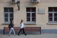 MOSKAU, RUSSLAND - 30. APRIL 2018: Eine Erinnerungstablette auf der Wand des Hauses und des Papierflugzeuges Lizenzfreies Stockfoto