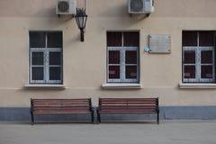 MOSKAU, RUSSLAND - 30. APRIL 2018: Eine Erinnerungstablette auf der Wand des Hauses und des Papierflugzeuges Stockfotos