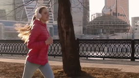 MOSKAU, RUSSLAND - 3. April 2016: Frau, die in den Park draußen excercising ist läuft stock video