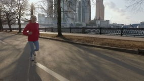MOSKAU, RUSSLAND - 3. April 2016: Frau, die in den Park draußen excercising ist läuft stock video footage