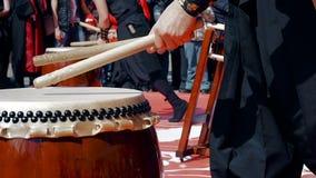 Moskau, Russland - 24. April 2016: Hinode-Fest in Moskau Musikerschlagzeuger-Spiel taiko trommelt Chu-daiko draußen kultur stock video footage