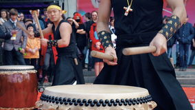 Moskau, Russland - 24. April 2016: Hinode-Fest in Moskau Musikerschlagzeuger-Spiel taiko trommelt Chu-daiko draußen kultur stock footage