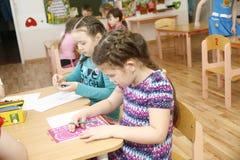 MOSKAU, RUSSLAND 17. APRIL 2014: Kinderspiel mit Spielwaren und engagieren sich den Tutor in einem Kindergarten Lizenzfreies Stockfoto