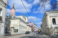 Moskau, Russland, April, 15, 2017 Leute, die im Frühjahr in Arkhangelsky-Weg in Moskau gehen Lizenzfreies Stockfoto