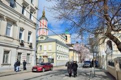 Moskau, Russland, April, 15, 2017 Leute, die im Frühjahr in Arkhangelsky-Weg in Moskau gehen Lizenzfreie Stockfotos
