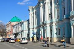 Moskau, Russland, April, 15, 2017 Leute, die nahe Zustand von Apraksins-Trubetskie in Moskau, das Haupthaus, das 18. Jahrhundert  Stockfotografie