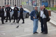 MOSKAU, RUSSLAND - 30. APRIL 2018: Leute stehen vor der Polizei und dem Rosgvardia in der Schnur nach einer Sammlung auf Sakharov Lizenzfreies Stockbild