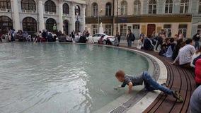 Moskau, Russland - 30. April 2018 Leute um Brunnen auf Birzevaya-Quadrat stock video footage