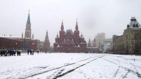 MOSKAU, RUSSLAND - 9. APRIL 2011: Roter Platz, Ansicht des Zustands-historischen Museums von Russland im Schneewetter Reise Lizenzfreie Stockfotografie