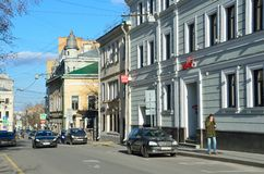 Moskau, Russland, April, 15, 2017 Russische Szene: Autos in Barashevsky-Weg im Frühjahr Stockbild