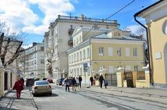 Moskau, Russland, April, 15, 2017 Russische Szene: Leute, die in Arkhangelsky-Weg gehen Lizenzfreies Stockfoto