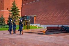 MOSKAU, RUSSLAND APRIL, 24, 2018: Soldaten des der Kreml-Regiments ändern den Schutz nahe dem Grab des Unbekannten Lizenzfreie Stockfotos
