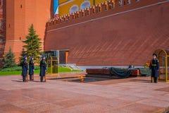 MOSKAU, RUSSLAND APRIL, 24, 2018: Soldaten des der Kreml-Regiments ändern den Schutz nahe dem Grab des Unbekannten Stockfoto