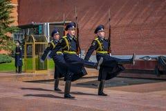 MOSKAU, RUSSLAND APRIL, 24, 2018: Stündliche Änderung der Präsidentenwache von Russland am Grab des unbekannten Soldaten und stockfotografie