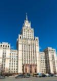 Moskau, Russland - 9. April 2016 Stalin-Wolkenkratzer auf Quadrat des roten Tors Lizenzfreies Stockbild