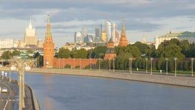 Moskau, Russland, am 28. August 2017: Ansicht des Kremls von der großen Moskau-Flussbrücke, auf dem der Kreml-Damm stock video footage