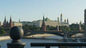Moskau, Russland, am 28. August 2017: Moskau der Kreml, ein historisches Gebäude in zentralem Moskau Quay des Flusses, die Brücke stock video footage
