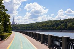 Moskau/Russland - 2. August 2013: Moskau-Fluss-Damm Hinter den Bäumen, die Moskau-staatliche Universität errichten stockfotografie