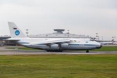 Moskau, Russland - August 2013 sowjetisches Transportflugzeug Antonow An124 Lizenzfreie Stockfotografie
