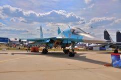 MOSKAU, RUSSLAND - AUGUST 2015: Streikkämpfer Su-34 Verteidigergeschenk stockbild