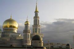 MOSKAU, RUSSLAND - August 2017 - weißer sichelförmiger Mond und Hauben der Moskau-Kathedralen-Moschee am Abend reflektieren Sonne Lizenzfreies Stockfoto