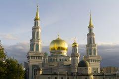 MOSKAU, RUSSLAND - August 2017 - weißer sichelförmiger Mond und Hauben der Moskau-Kathedralen-Moschee am Abend reflektieren Sonne Lizenzfreies Stockbild
