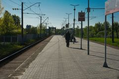 Moskau, Russland - Bahnhof, auf den Zug wartend, um automatisch anzusteuern, Moskau-Stadtrände lizenzfreies stockfoto