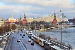 Moskau, Russland, Desember 27,2014, russische Szene: Bewegung von Autos auf Prechistenskaya-Damm nahe Moskau der Kreml Lizenzfreies Stockfoto