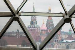Moskau, Russland - 10. Dezember 2018: Ansicht des Moskaus der Kreml und der Kathedrale St.-Basilikums durch das Glas stockbilder