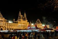 MOSKAU, RUSSLAND - 25. DEZEMBER 2015: Auf der Eisbahn w des roten Quadrats Lizenzfreie Stockfotografie