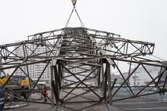 Moskau, Russland - 21. Dezember 2017 Der Abbau der Türme der Hochspannungslinien in der Stadt Lizenzfreie Stockbilder