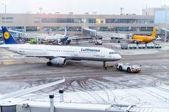 MOSKAU, RUSSLAND - 18. DEZEMBER 2017: Der Airbus A 321-200, Lufthansa-Fluglinien am internationalen Flughafen Domodedovo Kopieren Lizenzfreies Stockfoto