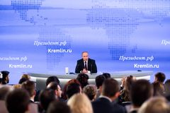 MOSKAU, RUSSLAND - 23. DEZEMBER: Der Präsident der Russischen Föderation Vladimir Vladimirovich Putin eine jährliche Pressekonfer Lizenzfreies Stockfoto
