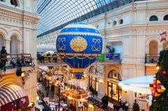 MOSKAU, RUSSLAND - 3. DEZEMBER 2017: Neues Jahr ` s und Weihnachtsdekoration des GUMMIS in Moskau, Russland Lizenzfreie Stockfotos