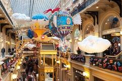 MOSKAU, RUSSLAND - 3. DEZEMBER 2017: Neues Jahr ` s und Weihnachtsdekoration des GUMMIS in Moskau, Russland Stockbild