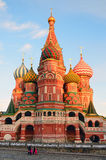 Moskau, Russland, Dezember, 25, 2013, russische Szene: Leute, die nahe der Kathedrale des Basilikums auf rotem Quadrat in Moskau  Stockbilder