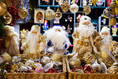 MOSKAU, RUSSLAND - 24. DEZEMBER 2014: Santa Claus-Puppen und -glas Stockbild