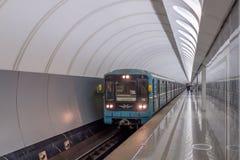 MOSKAU, RUSSLAND - 1. DEZEMBER 2017: Untergrundbahn in der Metrostation Dostoevskaya in Moskau, Russland stockfoto