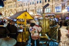 MOSKAU, RUSSLAND - 24. DEZEMBER 2014: Weihnachtsmarkt nachts auf R Lizenzfreie Stockfotografie