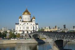 Moskau, Russland Die Kathedrale von Christus der Retter und der Patriarch überbrücken Lizenzfreie Stockfotos
