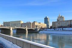 Moskau, Russland - 14. Februar 2019: Ansicht der Borodinsky-Brücke und des Rostovskaya-Dammes vom Berezhkovskaya-Damm stockbilder