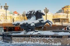 Moskau, Russland - 1. Februar 2018: Bildhauerische Gruppe der vier Jahreszeiten Geysirbrunnen auf Manezhnaya-Quadrat Winter in Mo Lizenzfreie Stockbilder