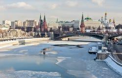 Moskau, Russland - 22. Februar 2018: Brücke Bolshoy Kamenny ist eine Stahlbogenbrücke, die Moskva-Fluss am Westende von überspann stockfotos
